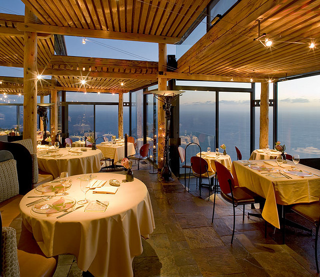 Hotel Post Ranch restaurant with ocean view