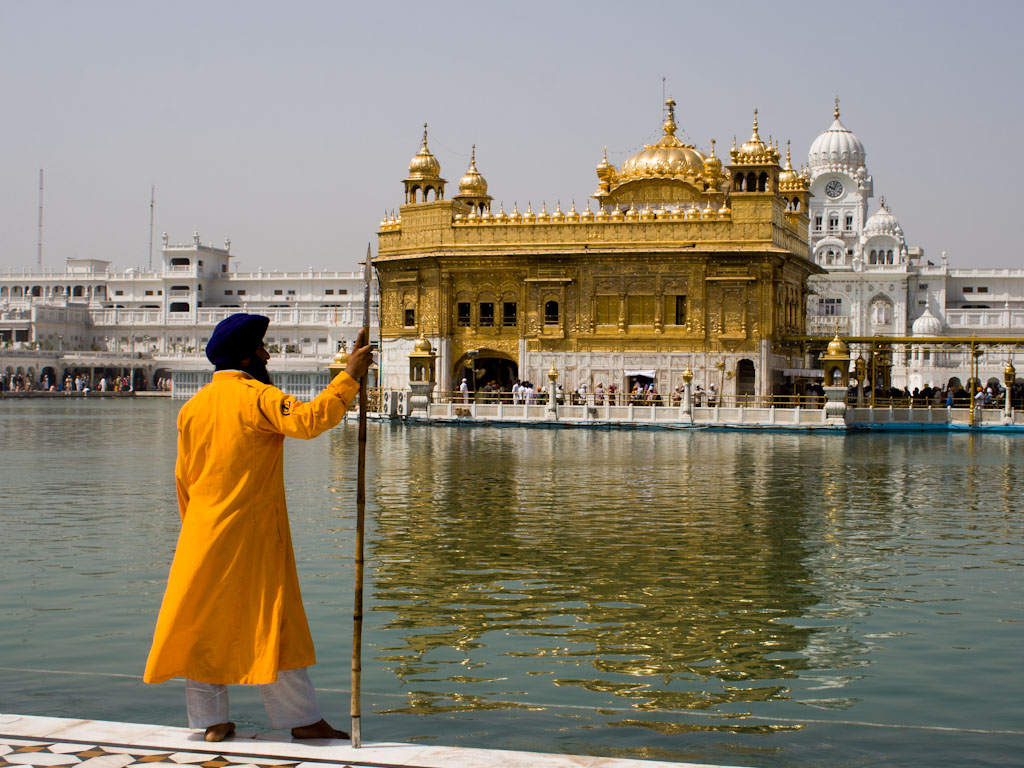 amritsar-punjab-india-golden-temple-m-sikh-man-in-traditional-dress-and-turban-at-the-golden-temple