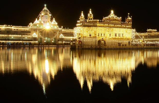 golden-temple druting night with reflection in the water