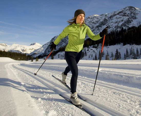 ski woman running with green jacket