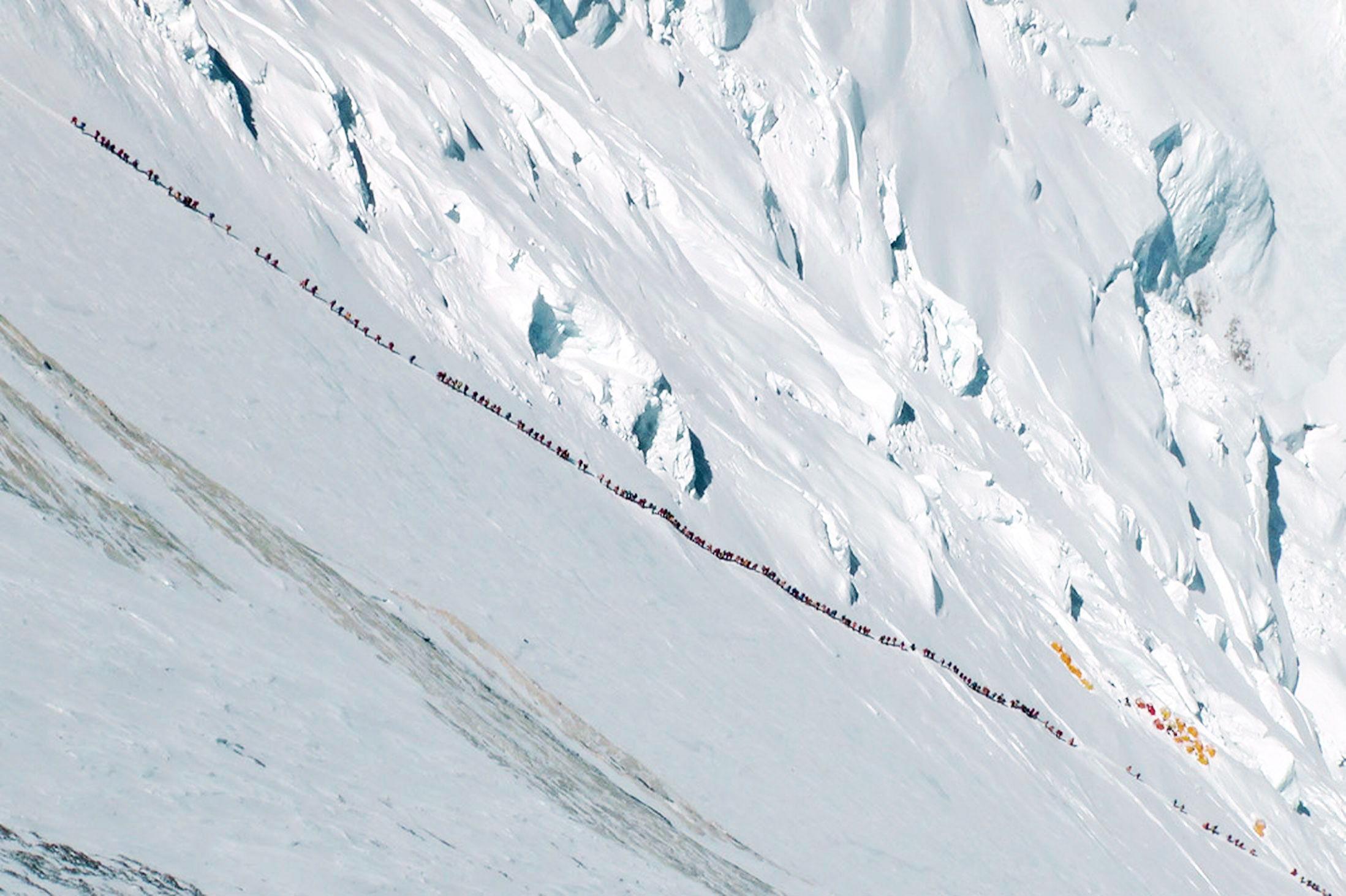 Ralf Dujmovits photo of Everest and a line of tourists