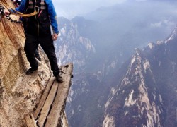 Tourist on Huashan Mountain