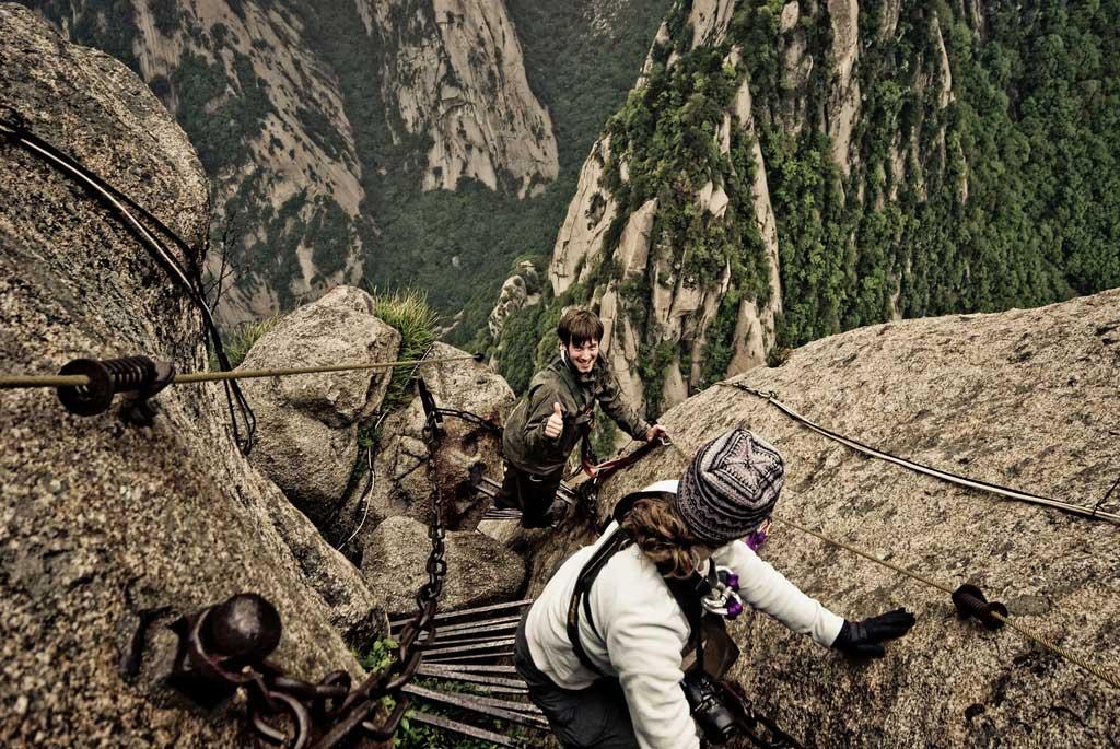 Tourists-climbing-Huashan-Mountain