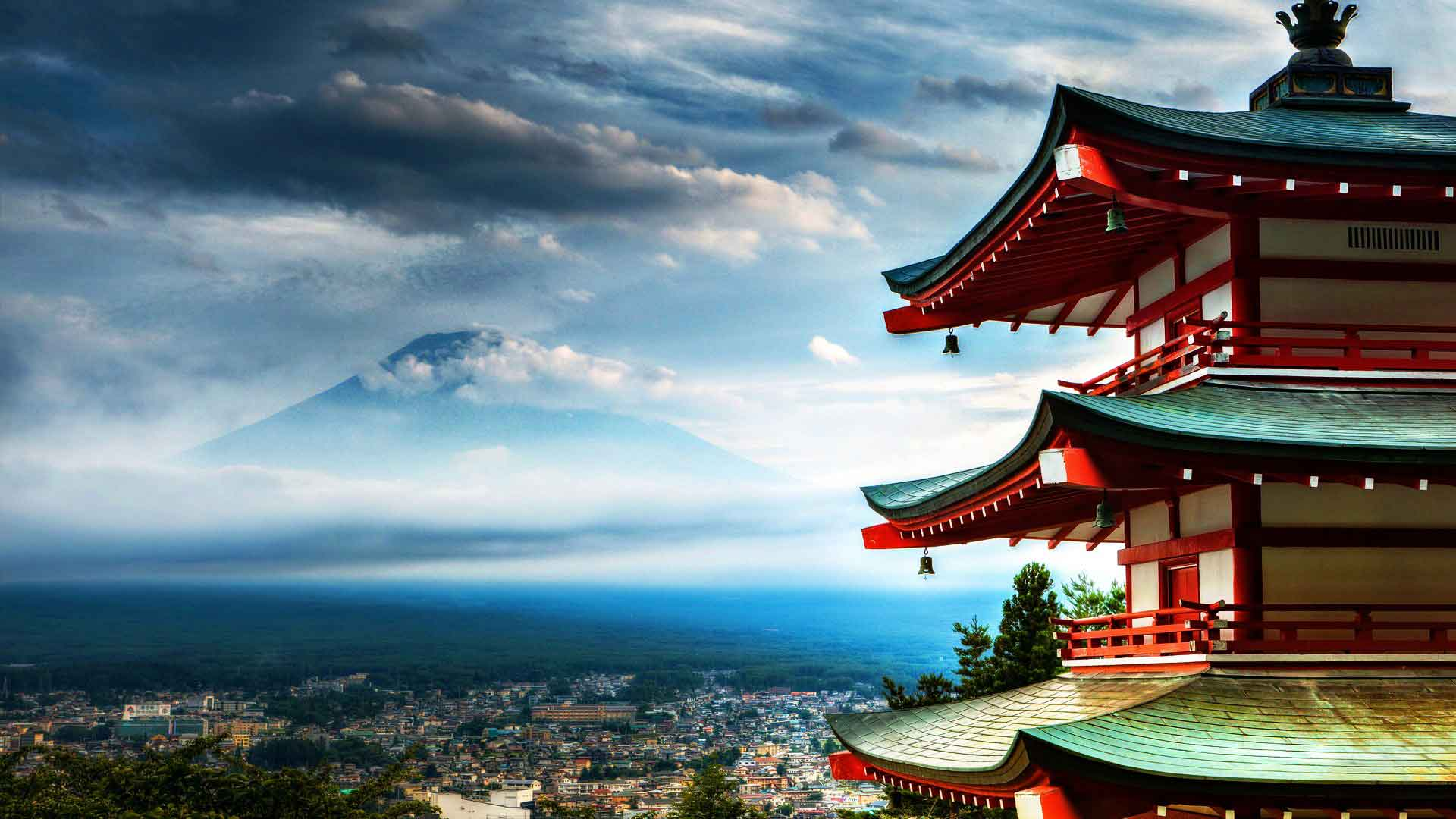 awesome-japan-ancient-castle-with-high-peak-as-background