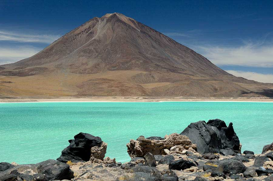 Licancabur-lake,-green-lake-Chile