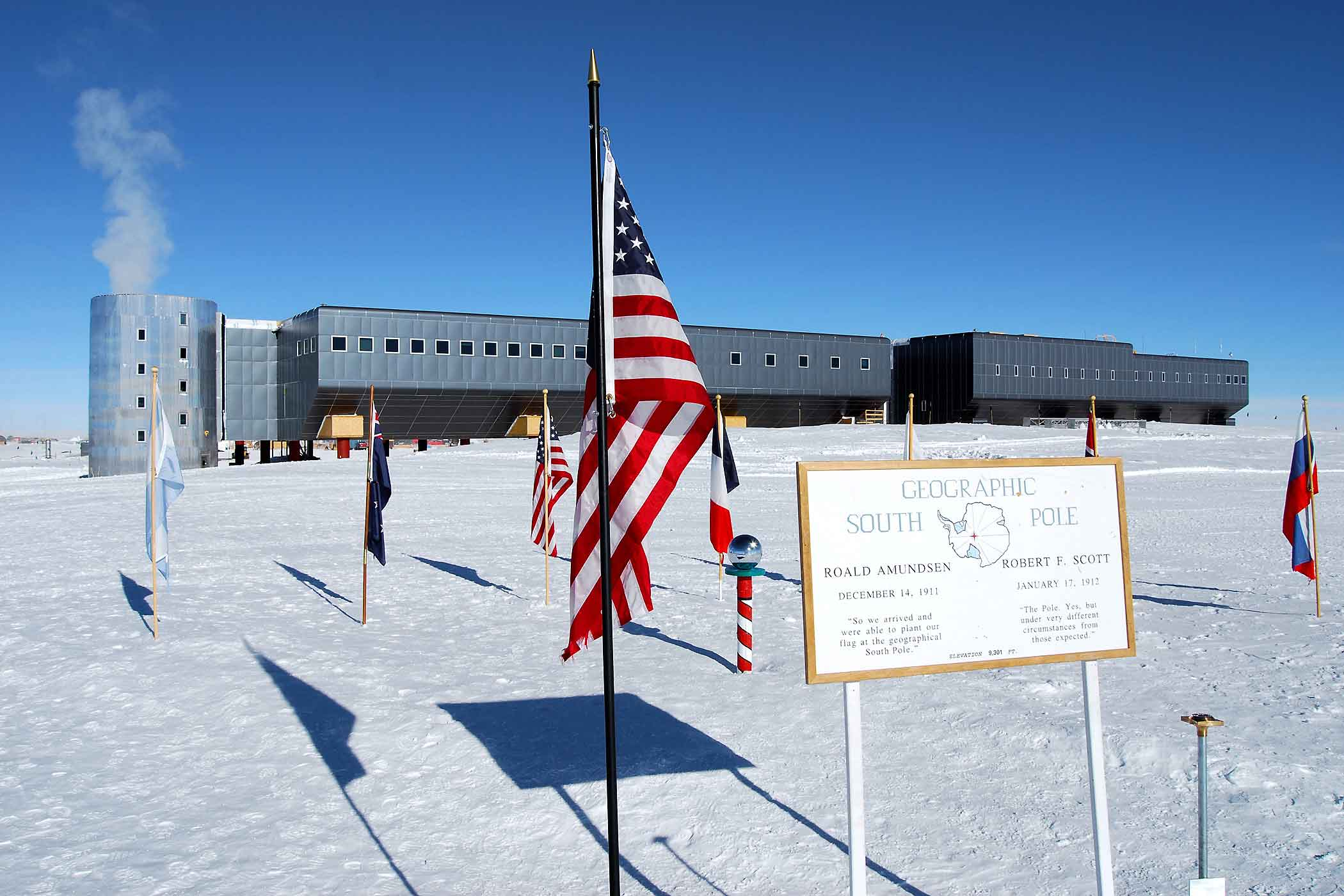 Station-Amundsen---Scott-South-Pole-american-flag