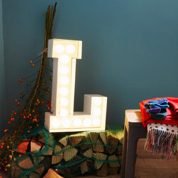led-letter-individually-decoration-ilex-wood-ceiling-cozy-christmas-winter-interior-design-ideas