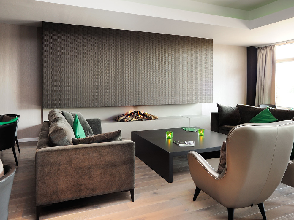 2-accents-in-green-trendy-living-room-in-brown