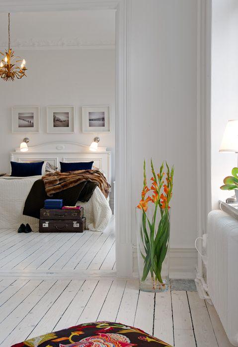 3-glass-vase-in-a-corner-of-the-bedroom-decorative-floor-vases-in-contemporary-design