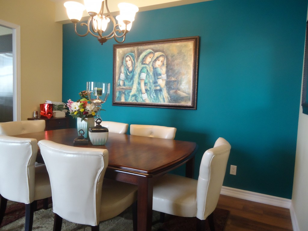 accent-wall-in-blue-mural-in-the-dining-room