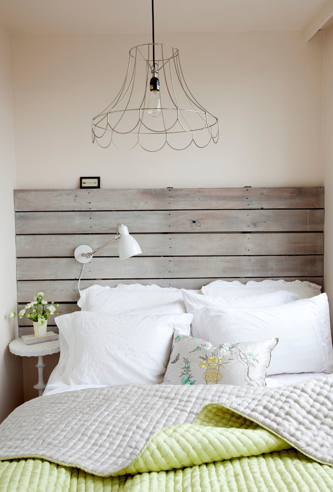 bedroom-in-the-cottage-style-vintage-diy-headboard-euro-pallet