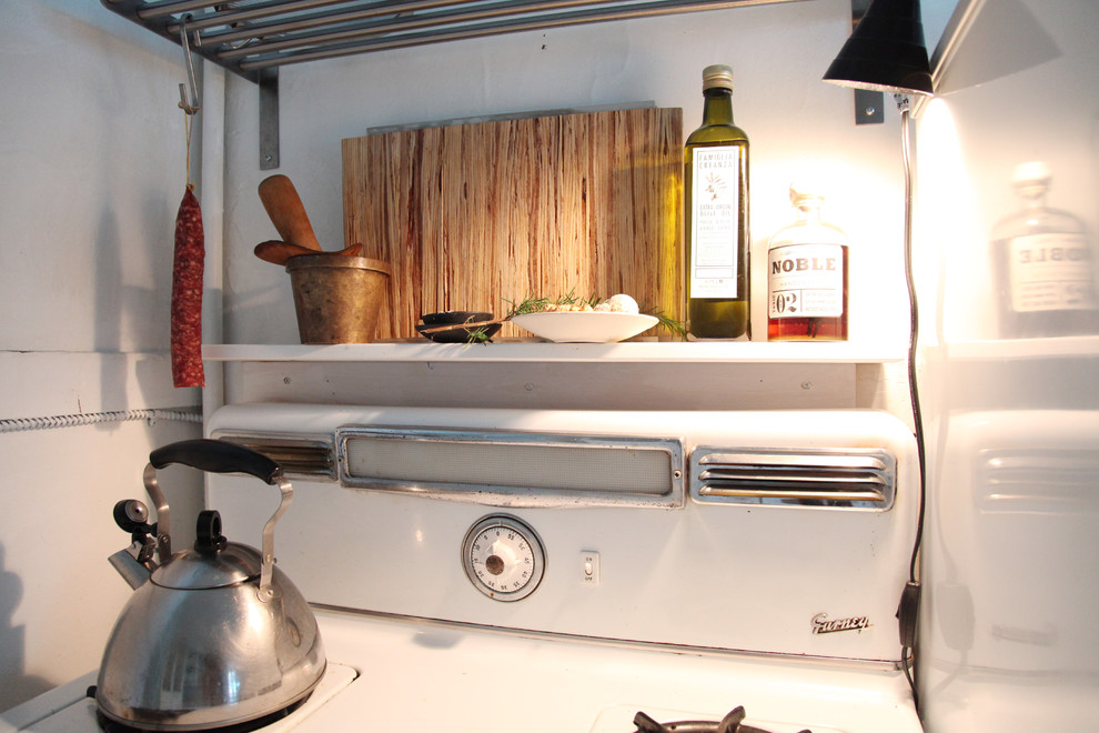 compact-kitchen-with-vintage-items-eclectic-apartment-vintage-rustic