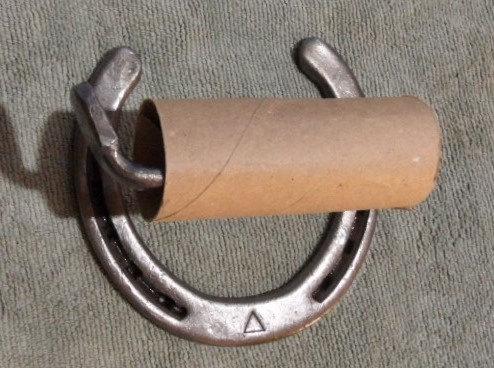 horseshoe-toilet-paper-holder-unique-decorating-ideas-bathroom