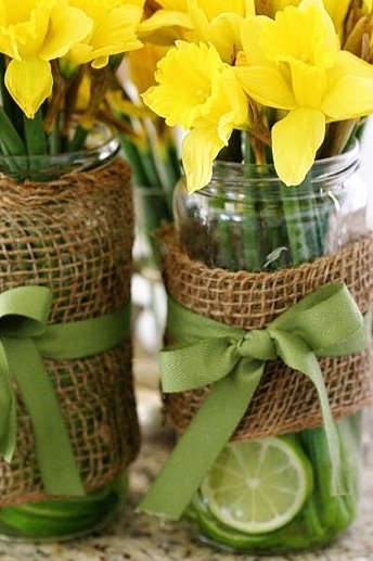 osterglockchen-in-artfully-decorated-vases-vases-diy-ideas