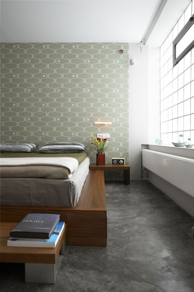 photo-wallpapers-bedroom-bed-frame-in-solid-wood-modern-transformation-of-the-garage