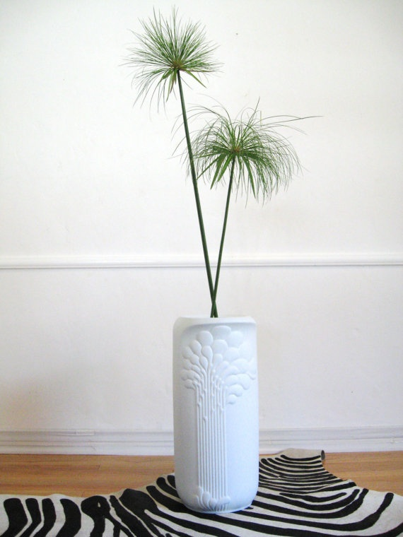 traditional-ceramic-floor-vase-in-white-decorative-floor-vases-in-the-contemporary-design