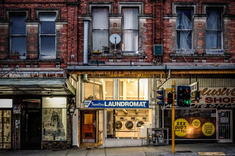 Karangahape-Road-New-Zaeland,-old-building-lights-shop