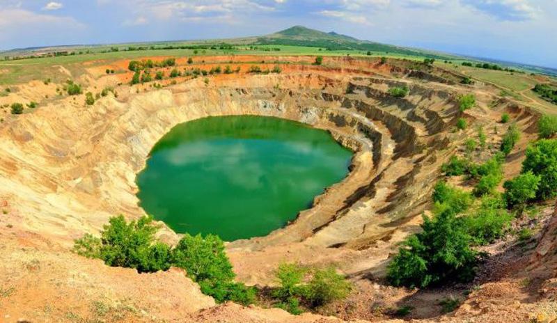 Bulgarian-pit-King-Asen-desert-landscape-poison-waters