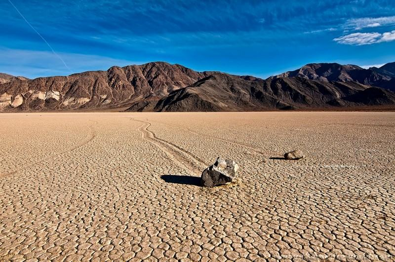 Death Valley, United States hottest points on earth moving rocks desert high temperatures