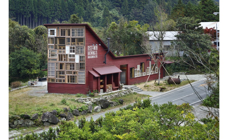 Kamikatz-Public-House-zero-waste-building-from-recycled-garbage-facade
