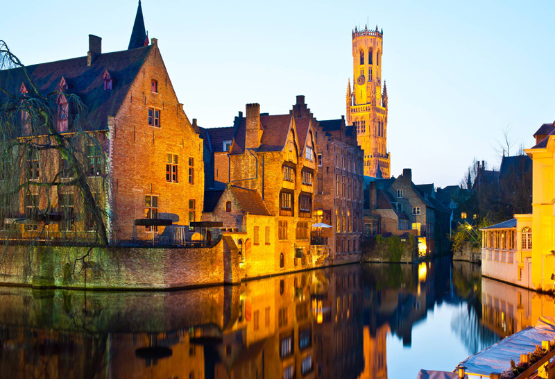 Fall-in-Belgium,-Bruges-magical-river-color-reflect-romantic-atmosphere-old-town-water-of-canals
