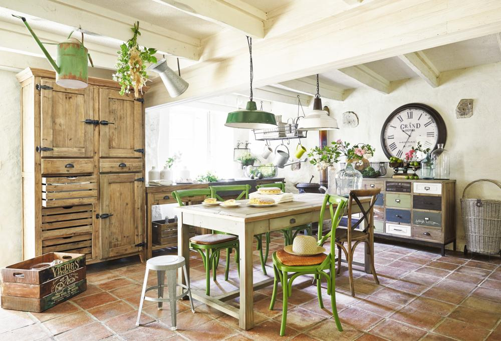 Kitchen dining Area Classic French country house style wood vintage wall clock Hängelecuhte patchwork dresser wicker basket-Kitchen ideas
