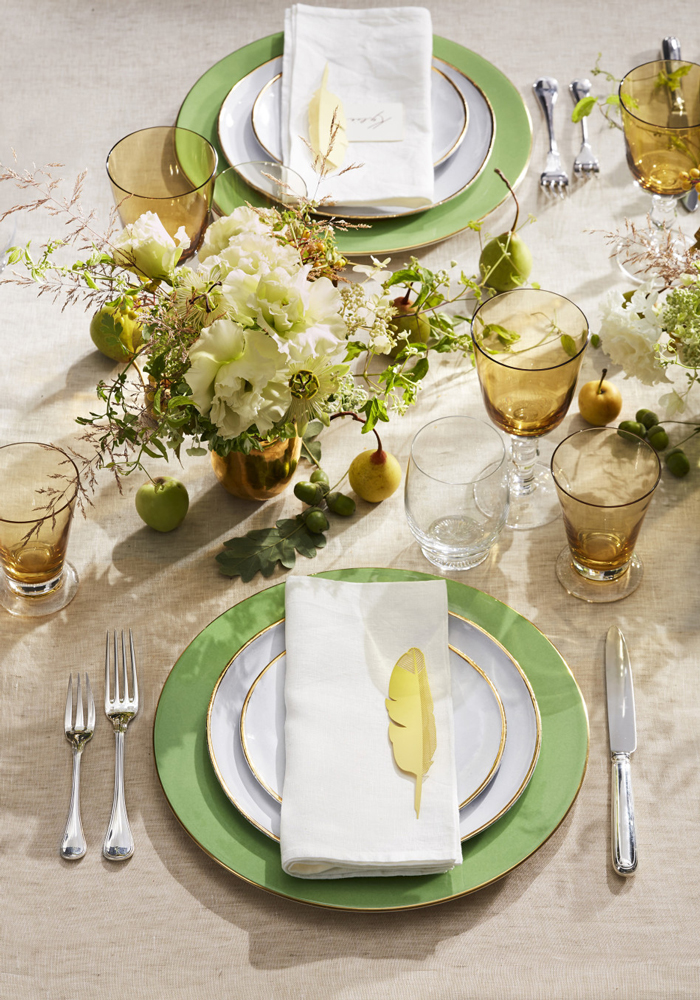 Green-Thanksgiving-Table-Settings-Thanksgiving-Centerpiece-Decorations-Ideas-Green-Dishes-Flowers-on-Table