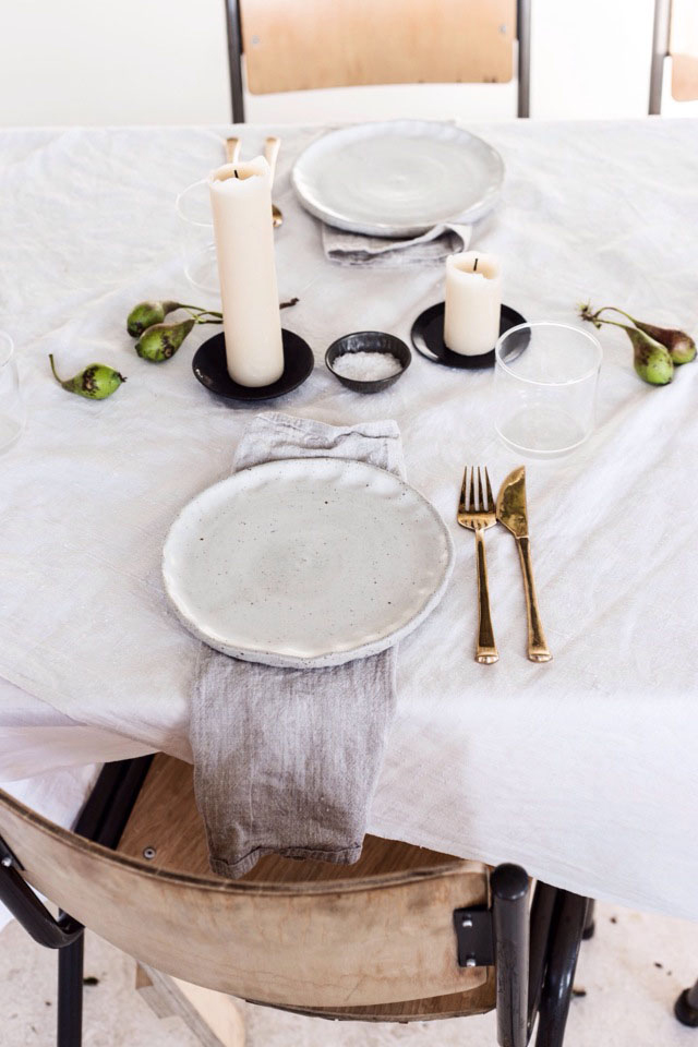 Thanksgiving-Table-White-Candles-Minimal-Thanksgiving-Table-Decorations-Centerpiece