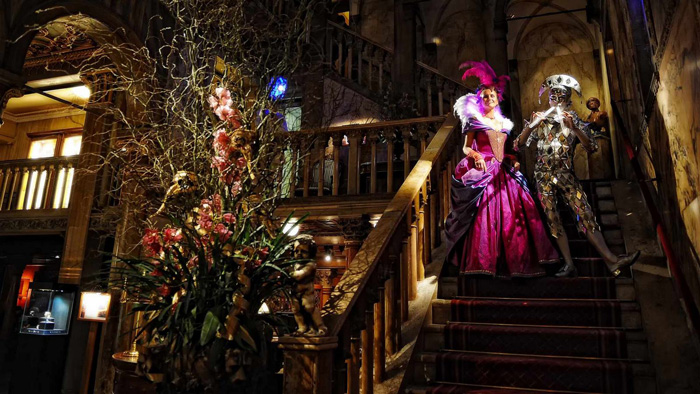 Carnival-Hotel-Danieli-staircase-Carnavals-around-the-world-Most-attractive-costumes
