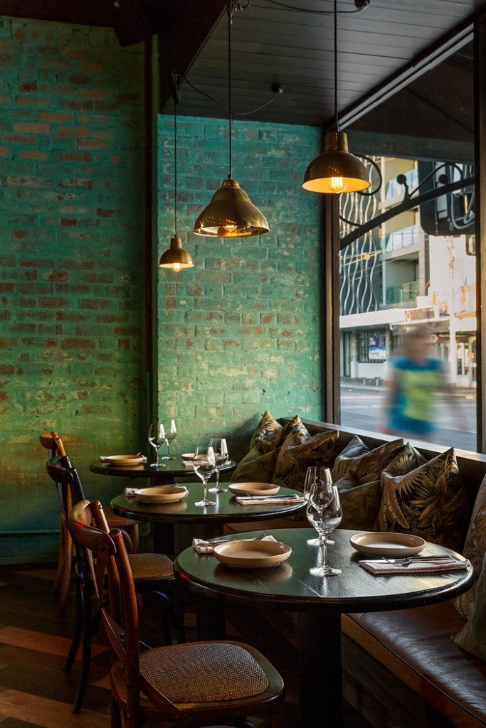Green-Wall-Green-Interior-Design-Cosy-Restaurant-colors-color-palette-colour-schemes-complementary-colors-colour-combination-basic-color-wheel