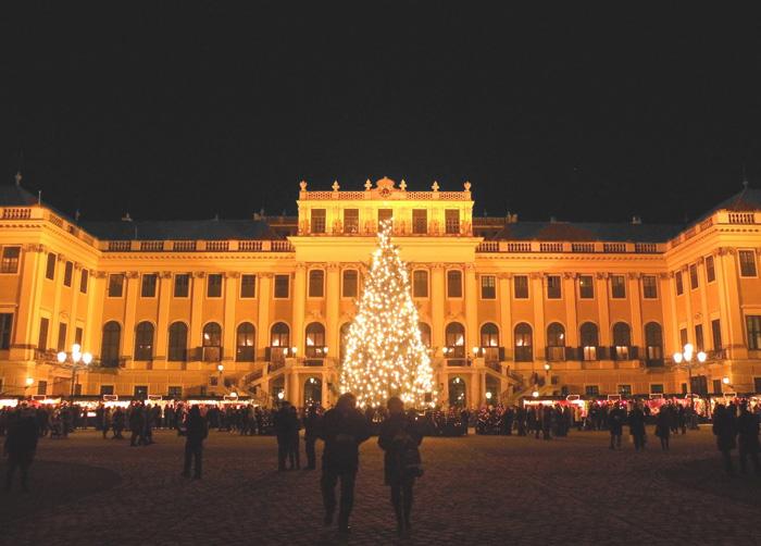 Schönbrunn-Christmas-Market-Castle-best-christmas-markets-christmas-market-holidays-best-christmas-markets-in-europe