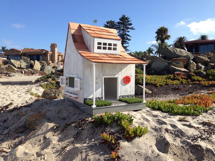 Indoor and outdoor pet houses pre tend be curious for Beach house yard ideas