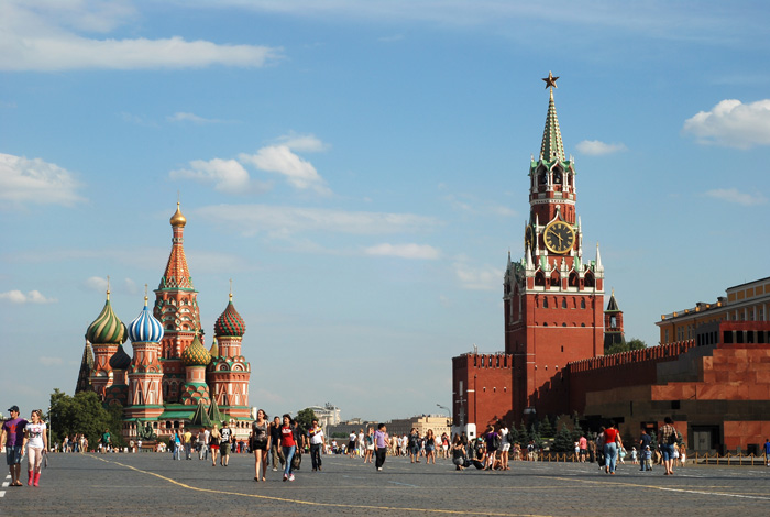 The-Savior-Tower,-Moscow-Red-Square-Summer-time-clock-tower-clock-square-clock-tower-cafe-smaller-clock-tower