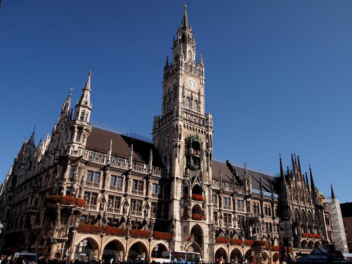 neues-rathaus-munich-city-hall-clock-tower-clock-square-clock-tower-cafe-smaller-clock-tower