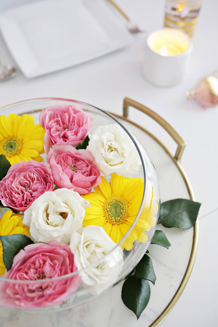 Free-floating-flowers-outdoor-table-centerpieces-beautiful-flower-table-decor