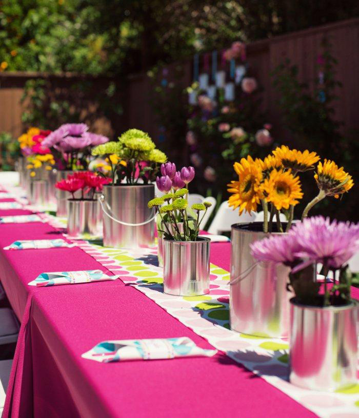 Garrden-party-deco-table-outdoor-decorations-pink-table-cover-colorful-table-flowers-ideas