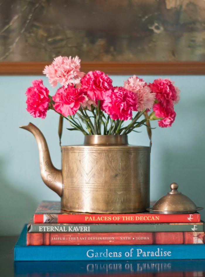 beautiful-interiors-spring-home-decor-metal-kettle-woth-flowers-kettle-vase