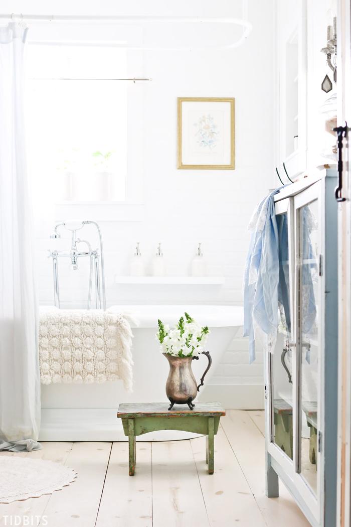 Flowers-in-Bathroom-Spring-Bathroom-Design
