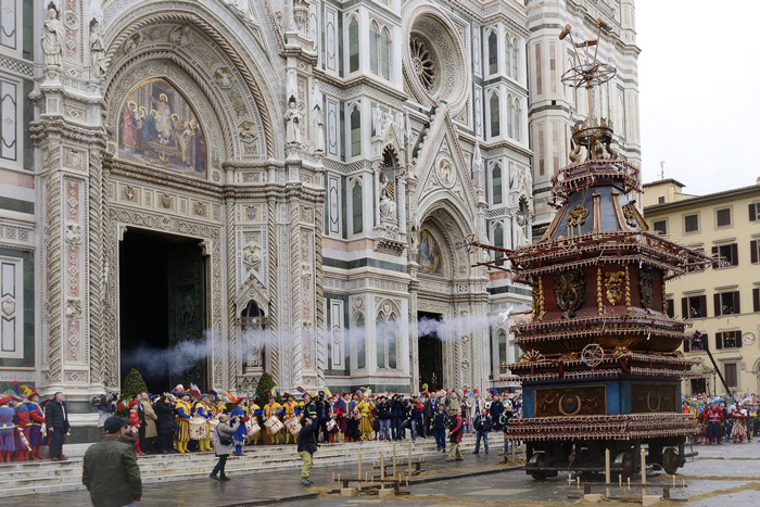 Italy-Easter-Tradition-scoppio-del-carro-Celebrations