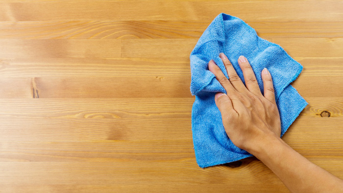 dust-cleaning-with-microfiber-cloth