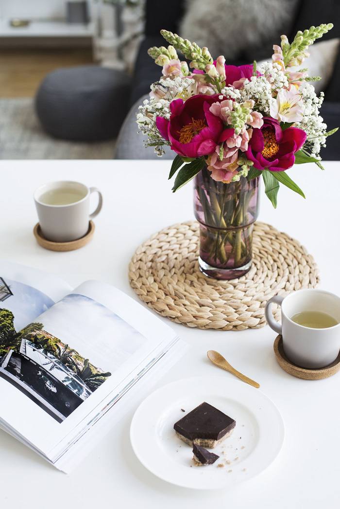 summer-flowers-coffee-table-decor