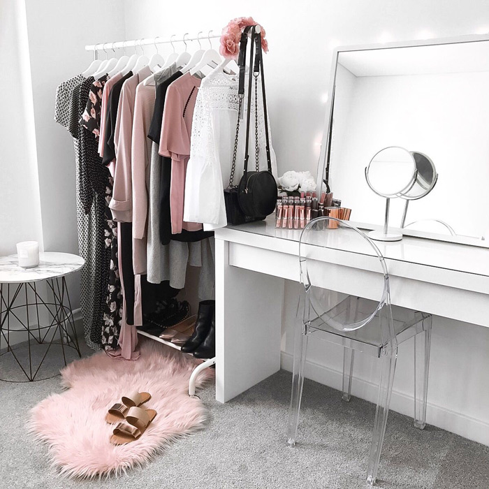 Simple-Ladies-Dressing-Room-Grey-Colors