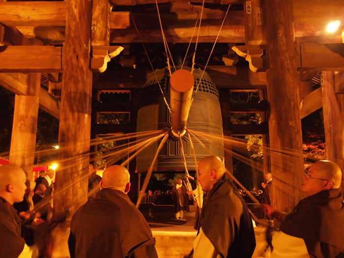 Ringing-Japanese-Tample-Bells-for-New-Year