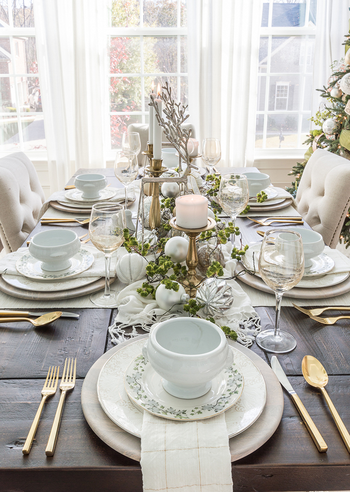 Stylish-Modern-White-Christmas-Table-Decor