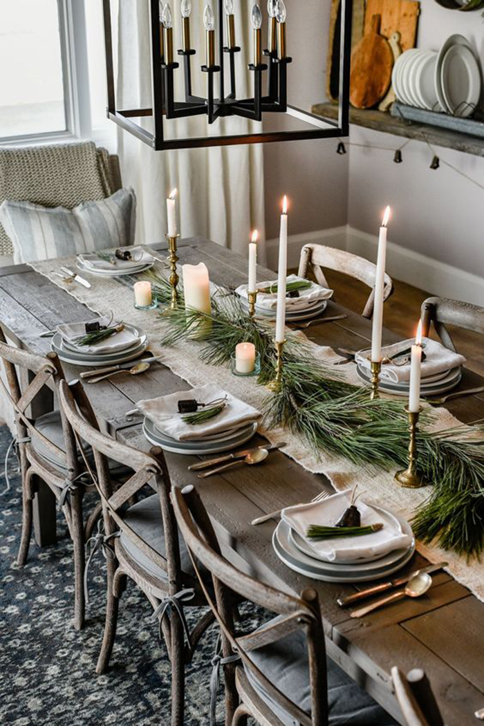 Traditional-Cozy-Christmas-Table-Decor
