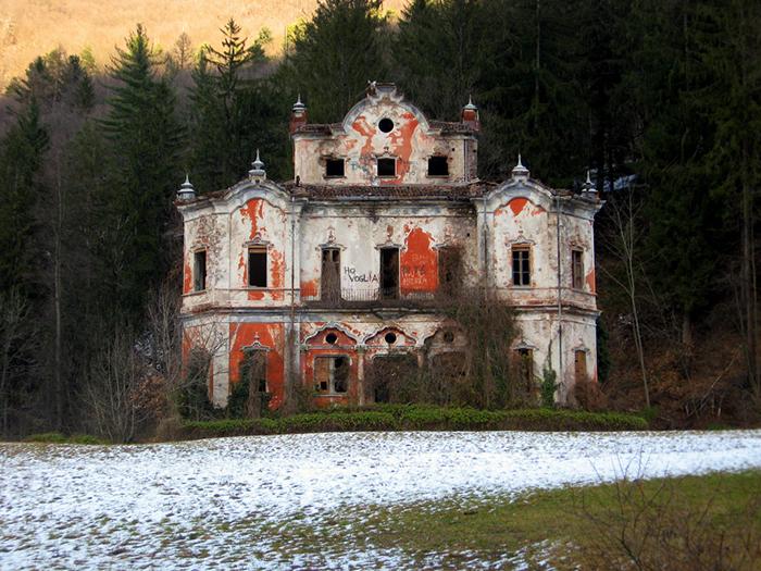 Abandoned-Villa-De-Vecchi-in-Italia