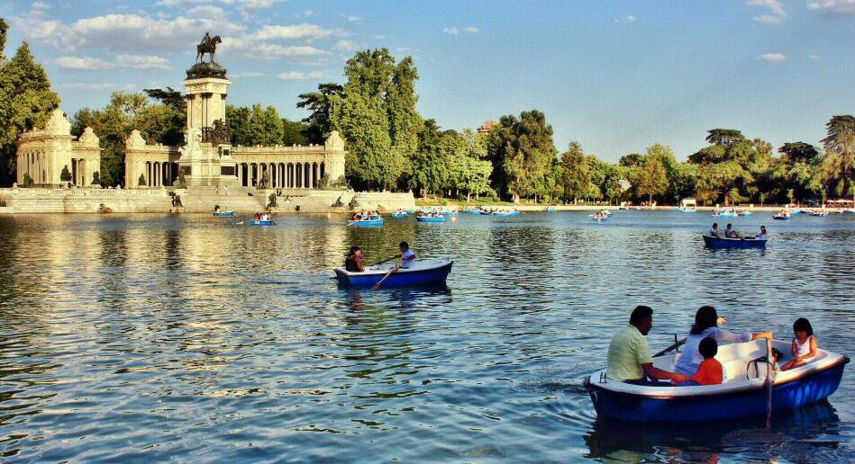 People kayaking at Retiro Park