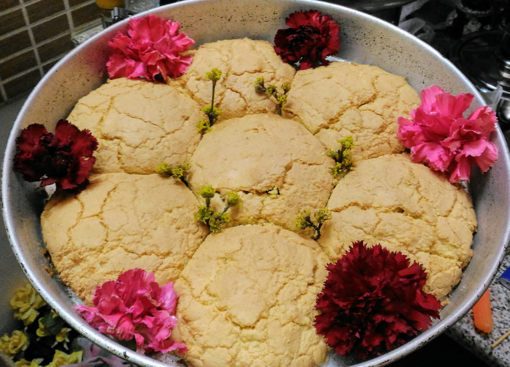 Traditional corn flour cakes decorated with real flowers