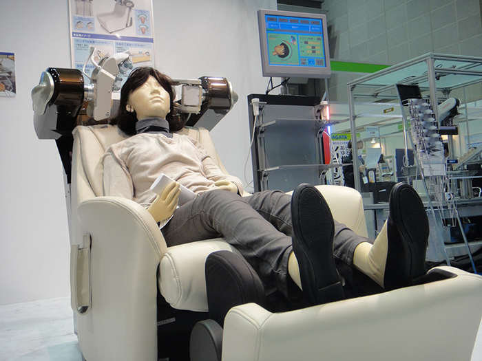 Hair drier robot and a doll placed on it