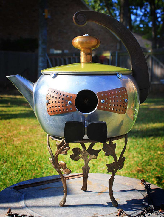 Metal kettle birdhouse